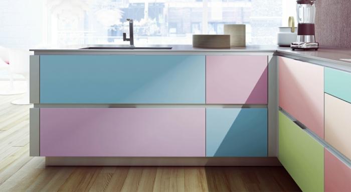 un meuble en bois en couleurs pastels, bleu pastel, vert réséda et rose bonbon, meuble lavabo moderne, parquet en nuances beiges