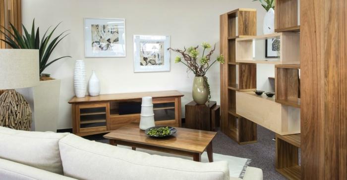 meuble relooké dans un salon, table et bibliothèque, customiser meuble, murs blancs avec deux grands tableaux aux cadres dorés