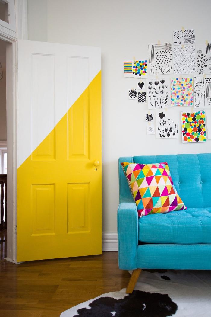 decoration de porte graphique et moderne, une porte bicolore peinte à moitié en couleur jaune fluo en harmonie avec la déco géométrique et les touches de couleurs dans le salon et