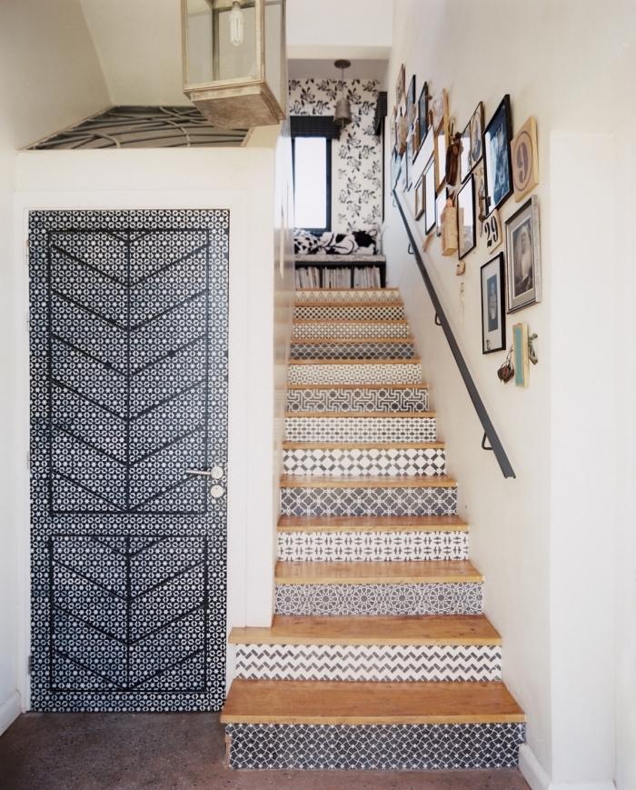 recouvrir porte interieure de papier autocollant à motif original, une déco d'escalier qui invite à l'évasion avec ses contremarches imitation carreaux de ciment