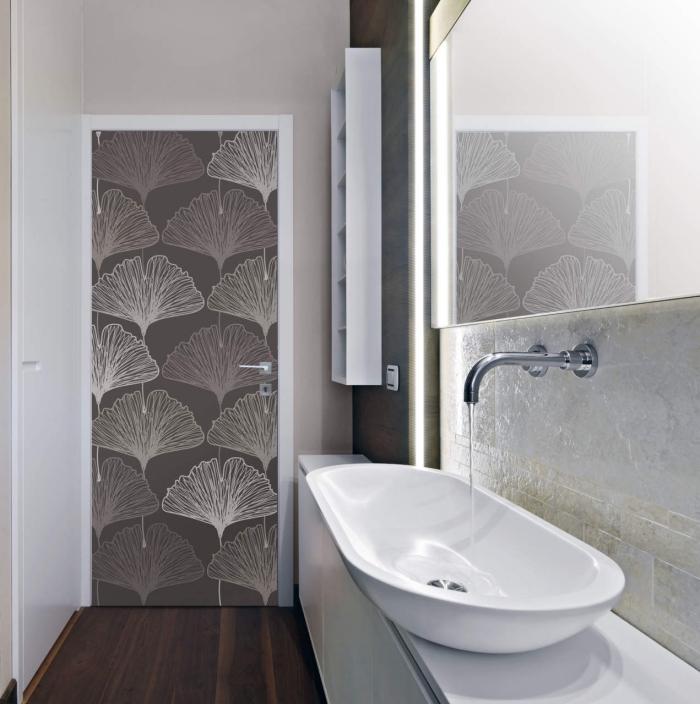 projet de renovation porte interieur facile et peu coûteux, une porte de salle de bain recouverte de papier peint à motifs fleurs stylisées