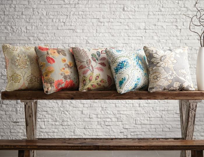moderniser meuble ancien avec cinq coussins riches en décorations, renover meuble bois, mur en briques blanches, vase blanc avec des bambous, banc en marron et blanc