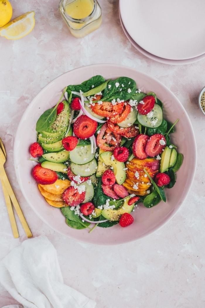 repas d'été léger et healthy de salade ete, aux épinards, fraises, avocat et concombre, assaisonnée de vinaigrette maison