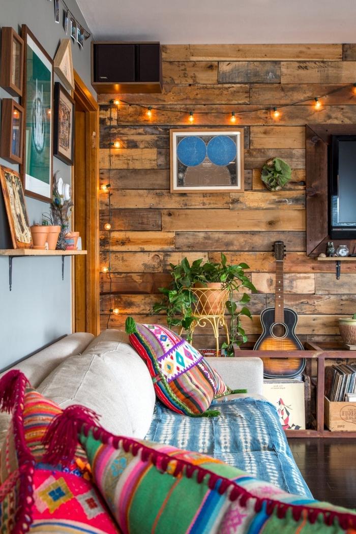 déco de salon chaleureux en style rustique et bohème chic avec meubles de bois et coussins colorés aux motifs ethniques