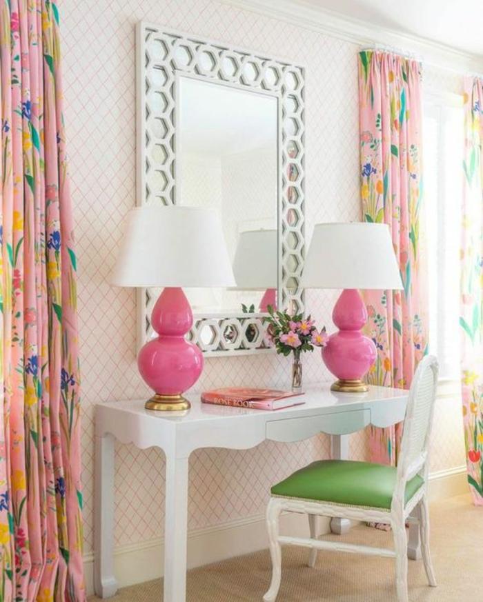 meuble de toilette blanc, deux abat-jours avec la base en rose fuchsia et des abat-jours blancs, grand miroir au cadre e métal clair aux motifs ronds, chambre rose poudré