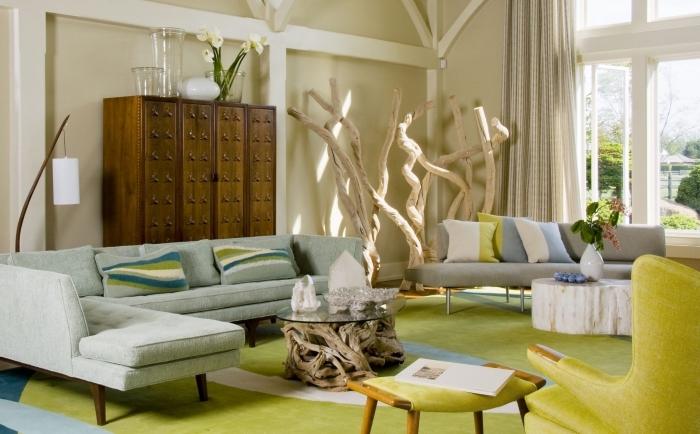 exemple comment combiner le style ethnique et le style moderne dans un salon, meubles de bois foncé et verre