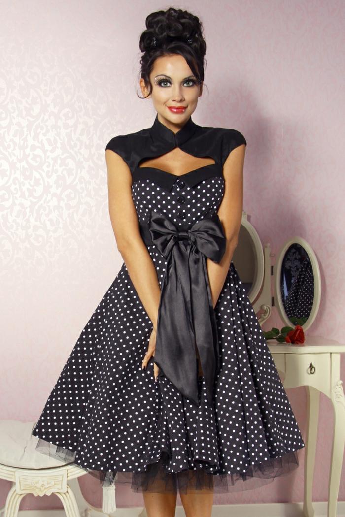 look année 50, robe pointillée avec grand ruban, chignon haut, petite commode coiffeuse
