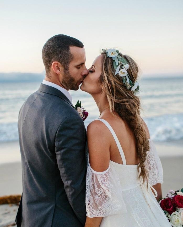 couronne de fleurs et branches sur cheveux tressés de mariée avec des meches libres, robe de mariée dentelle