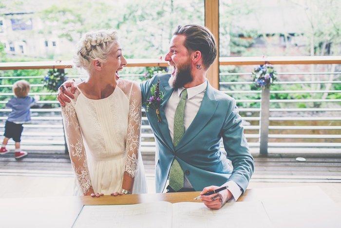 tresse africaine en couronne sur cheveux blond polaire, robe de mariée avec manches dentelle, mariage champetre chic