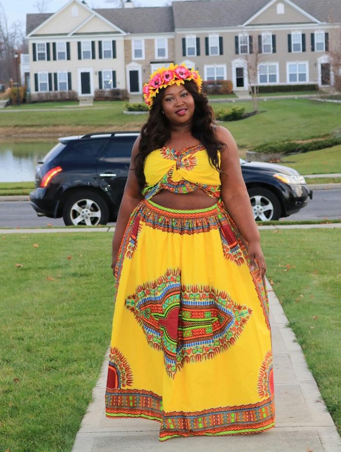 tenue africaine femme haut et bas avec jupe longue jaune et couronne de fleurs