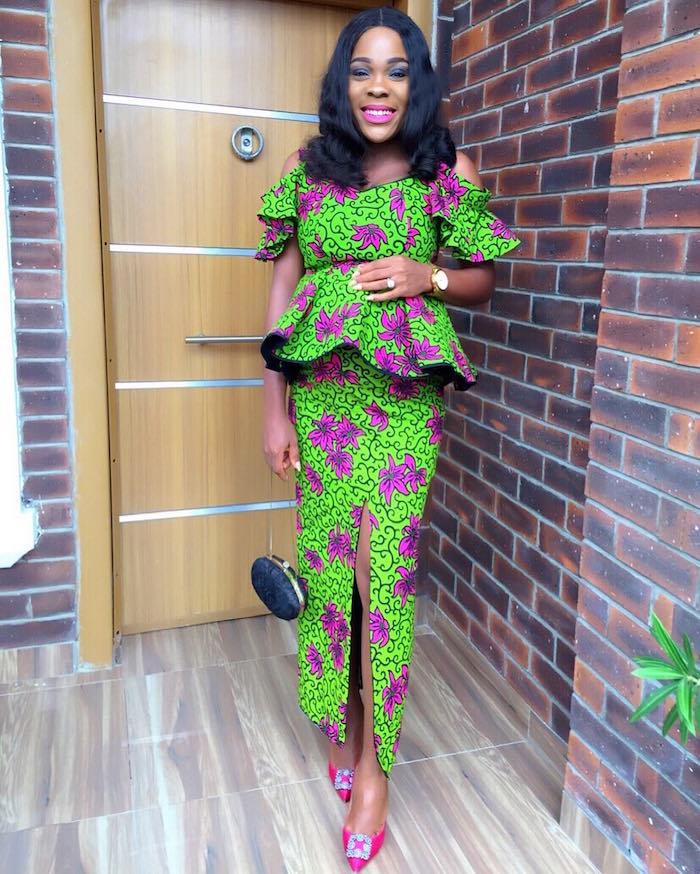 tenue africaine pagne motif wax imprimé tissu vert et violet avec blouse et jupe longue fendue