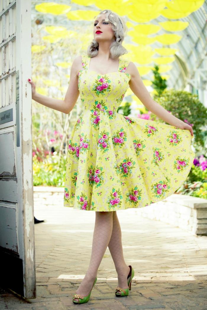 look année 50, robe guinguette jaune, cheveux blond platine, escarpins verts