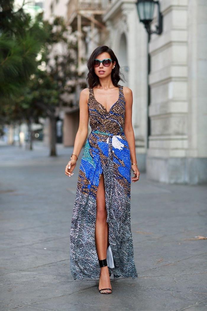 allure chic et féminine en robe longue fluide avec fente sur le devant, en imprimé ethnique moucheté