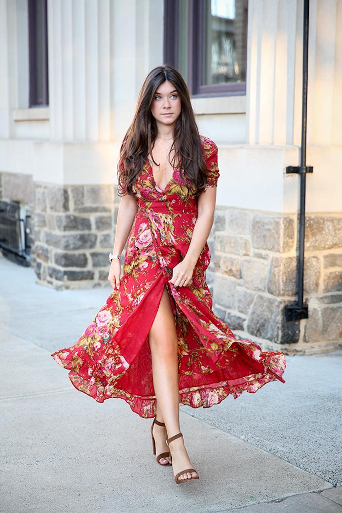 Chic robe cocktail champetre tenue simple et chic robe champêtre longue cool idée robe fendue rouge fleurie femme cheveux bruns longs