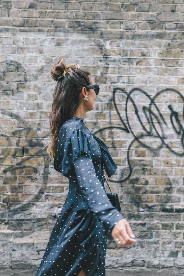 coiffure demi bun, robe pointillée bleu marin, volants aux manches, tenue femme rétro