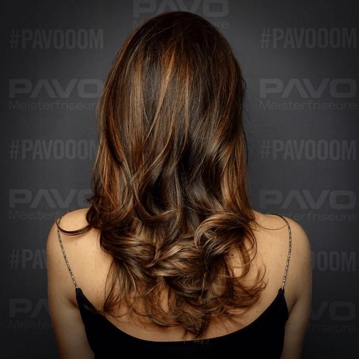 exemple de cheveux chatain foncé avec mèches cuivrés et pointes éclaircies, idée coloration partielle pour cheveux foncés