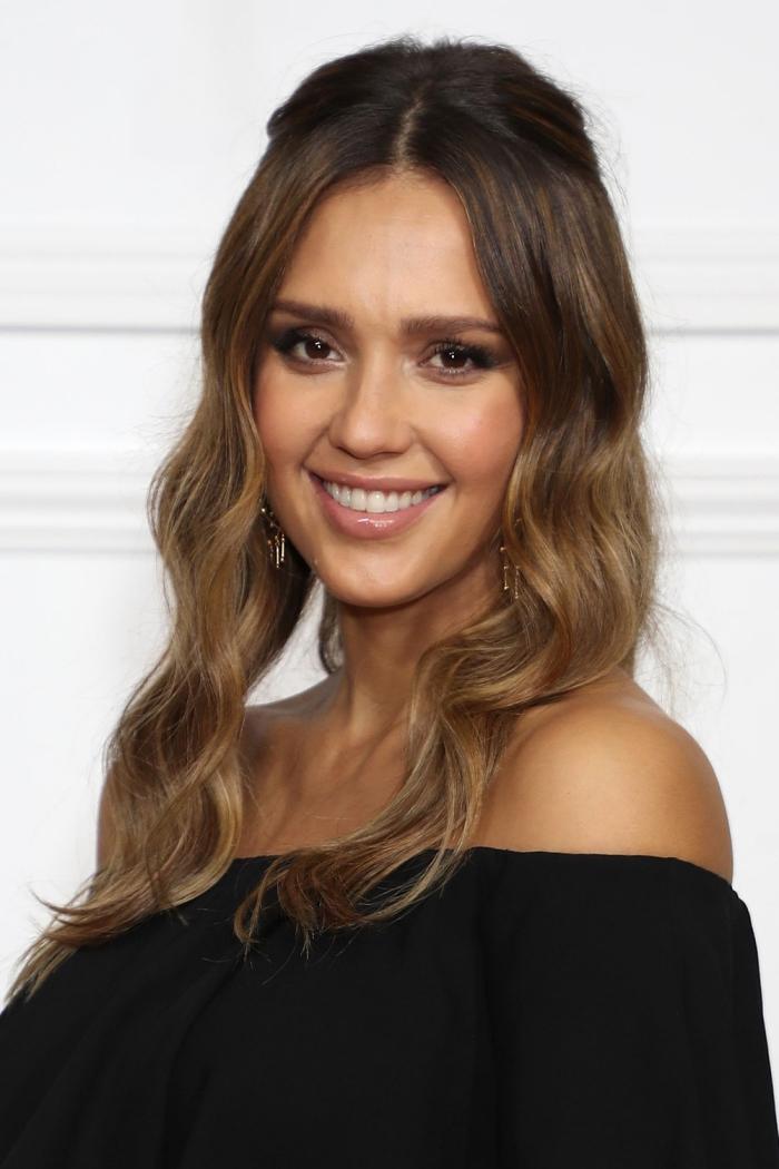 coiffure romantique pour cheveux longs mi-attachés avec ondulations naturelles, couleur de cheveux de Jessica Alba avec balayage brune