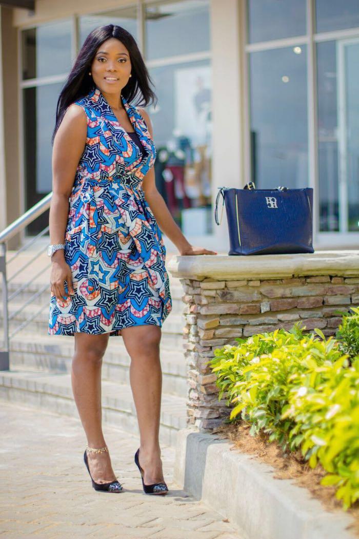 Tenue pour assister à un mariage robe bleu pagne africaine moderne idée quelle robe pour assister à un mariage sac à main bleu cuir chaussures pointues à talon