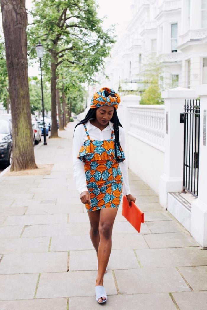 joli robe africaine moderne à bustier volant assortie avec un turban wax de même motif, portée sur une chemise blanche pour une vision urbaine chic en été