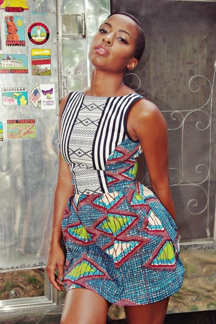 une jolie robe wax courte qui affiche des motifs ethniques et des rayures noires modernes pour un look d'été original