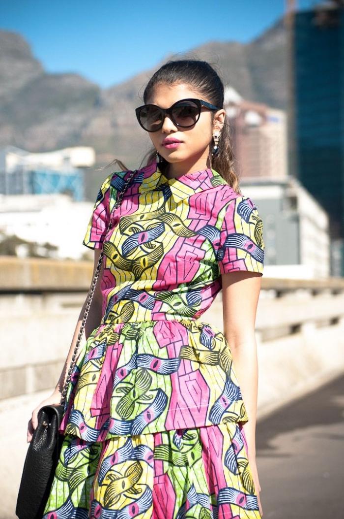 une robe africaine moderne à col chemise à motifs wax en vert, rose et jaune pour un look chic et frais d'été