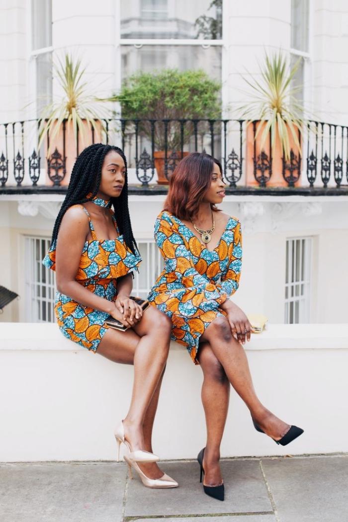 deux modèles tendance de la robe africaine moderne, combinées avec des escarpins chic pour une tenue de jour ou du soir