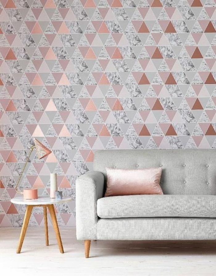 deco rose poudré pour le papier peint a motifs géométriques de ce salon, canapé en gris pastel, coussin en tissu satiné en couleur rose pale