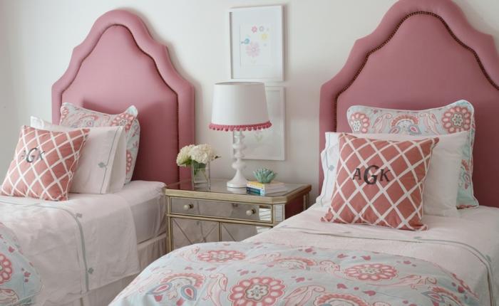 deux lits d'adolescents avec des tetes en couleur rose pale, coussins avec des initiales, meuble de chevet en métal doré, couverture de lit en rose poudree
