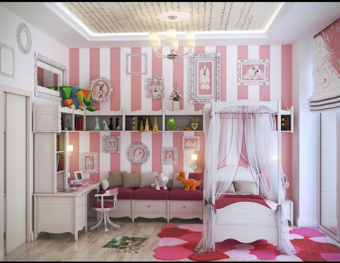 couleur rose pale, murs aux rayures verticales roses et blanches, lit blanc de princesse avec moustiquaire voilage blanc semi-transparent