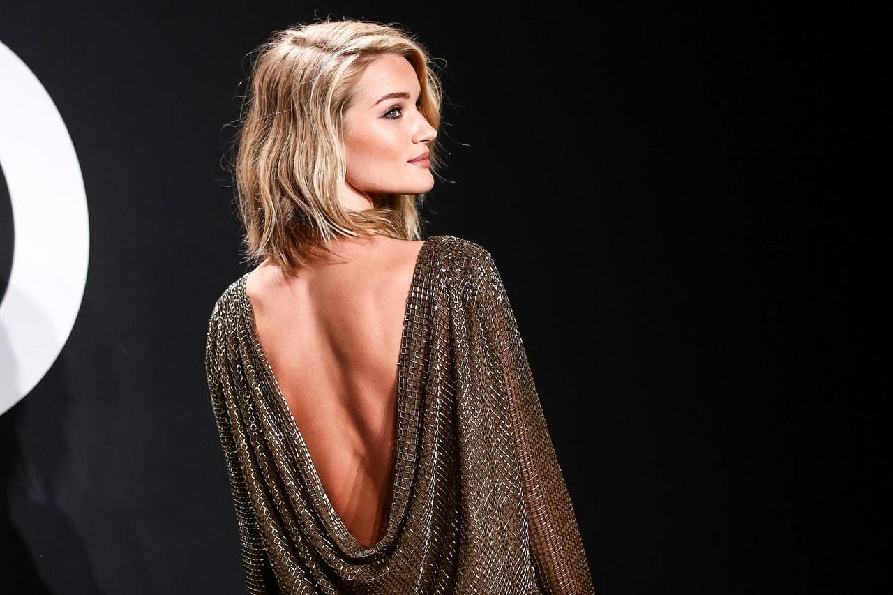 idée de carré long ondulé simple avec des boucles mal dessinées style décoiffé, robe de soirée à dos nu