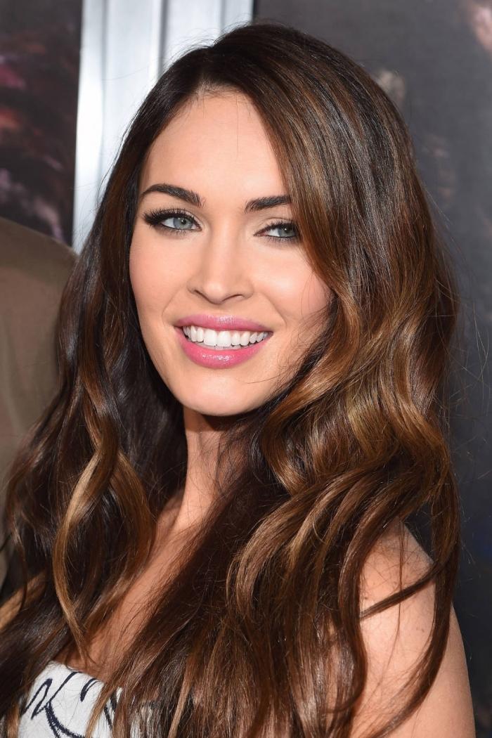 idée coloration partielle avec meche sur brune, coiffure célébrité de Megan Fox avec ondulations, maquillage aux lèvres roses