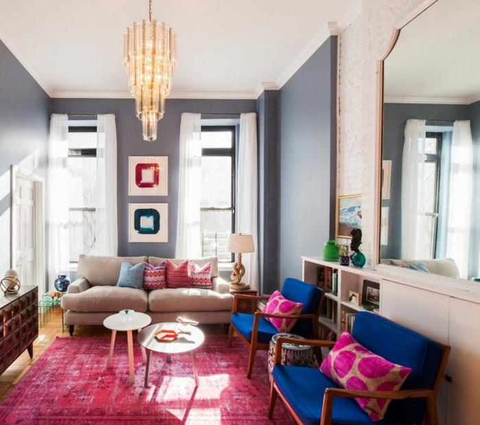 buffet mid century, tapis délavé, banquettes en bois et textile, tables rondes gigognes, grand lustre et grand miroir