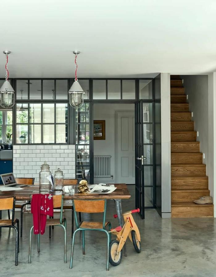 table en bois style rétro industriel, verrière d'atelier chic avec un mur en carrelage métro, grande verriere cuisine