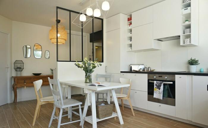 verriere cuisine sur parapet, miroirs décoratifs, lampes suspendues, bureau en bois vintage