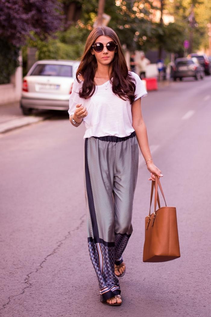 look casual en pantalon large de couleur grise avec déco en noir et bleu combiné avec t-shirt blanc et sandales plates