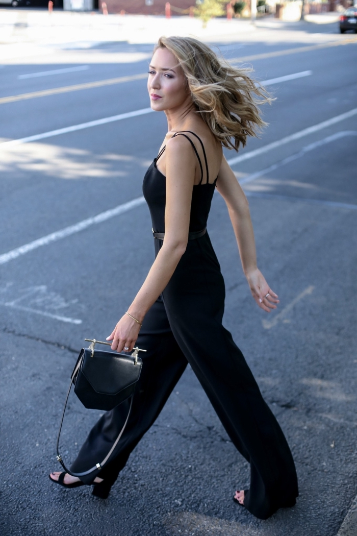 exemple de combinaison noire avec bretelles, look femme total noir élégant en combi pantalon et sandales à talons