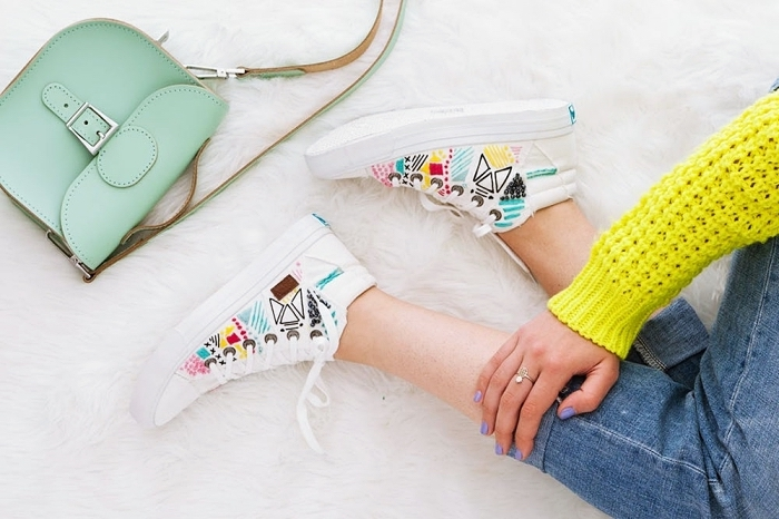 activité manuelle facile, comment personnaliser ses baskets blancs, idée déco accessoires pour fille, baskets décorés design broderie multicolore