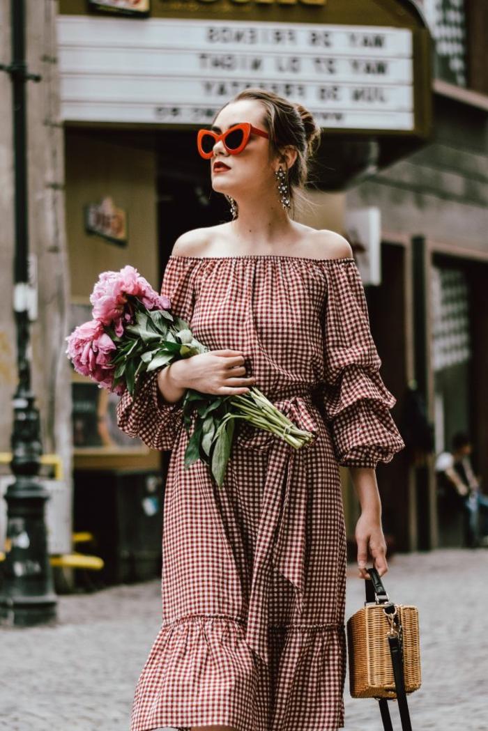 robe année 60, motifs guinghams, lunettes de soleil oversize, pivoines, sac en paille original