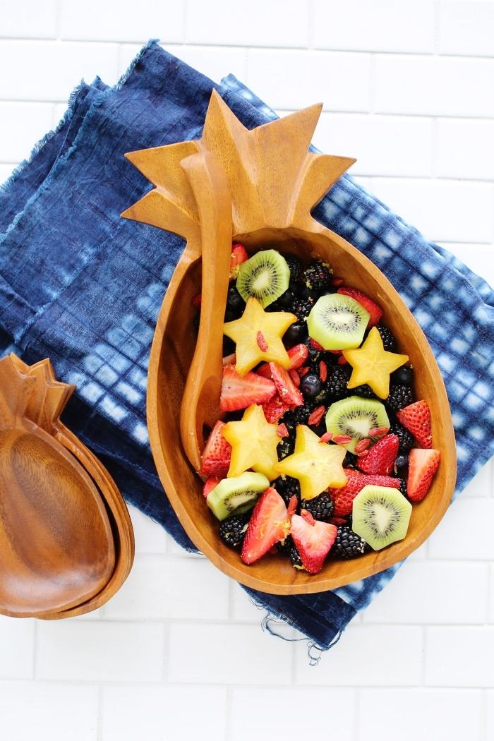une simple salade de fruits frais à concocter pour les repas d'été, servie dans un joli bol en forme d'ananas
