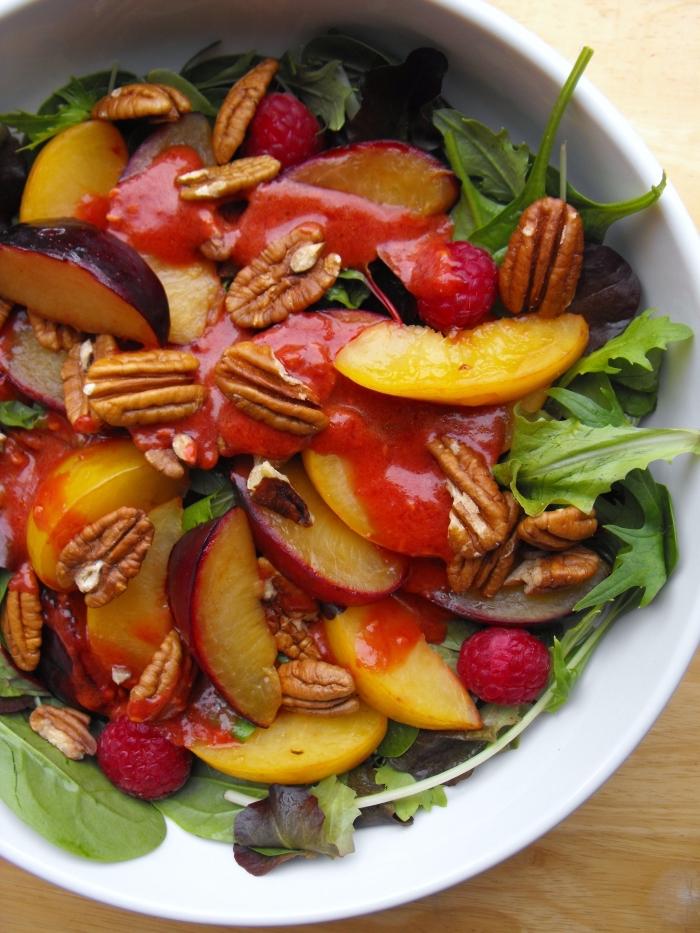 repas léger et frais pour les grandes chaleurs, recette salade été d'épinards, nectarines, framboises et noix, à la sauce salade aux fraises