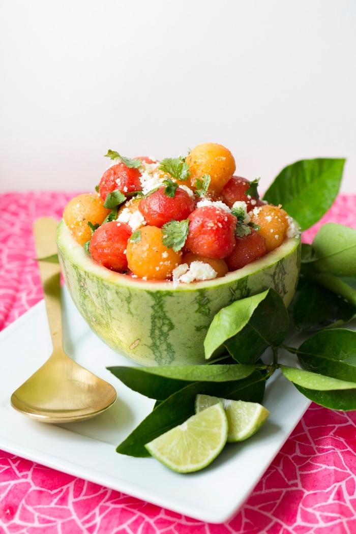 salade été simple et rapide, de billes de pastèque et melon, au fromage cottage et à la vinaigrette au jus citron, poudre de chili et huile d'olvie