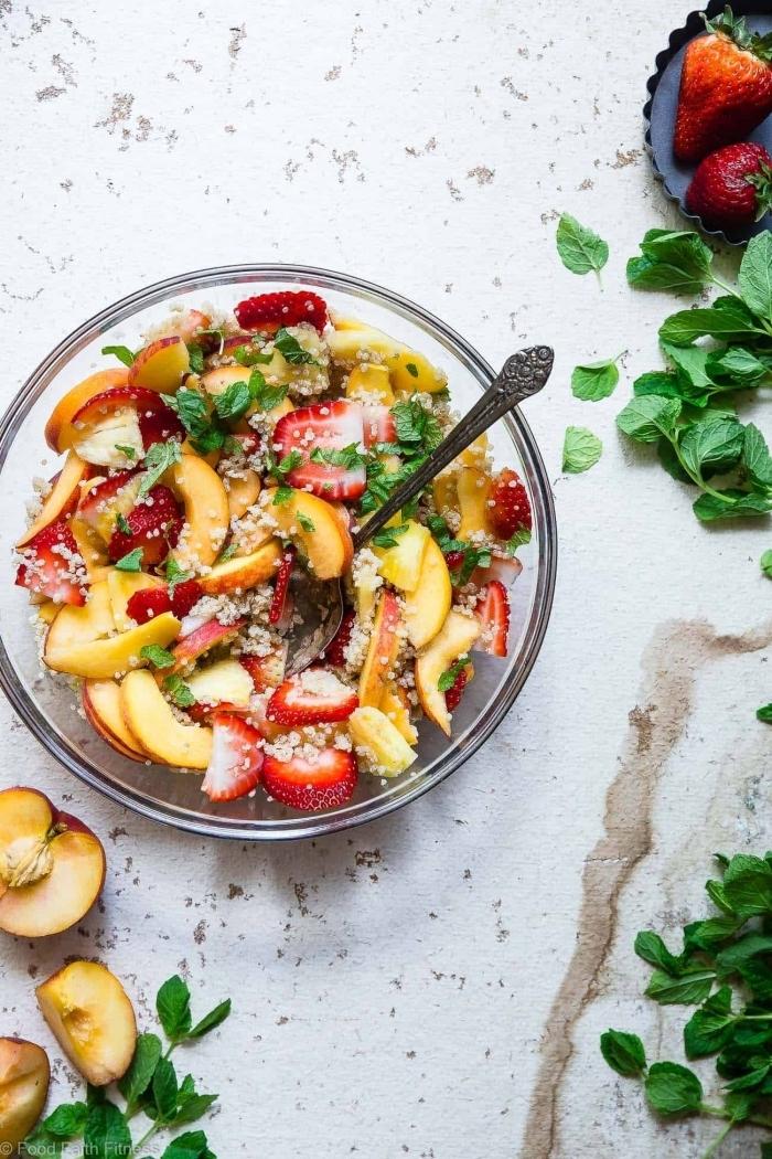 recette de salade de fruits maison légère de quinoa au lait de coco, pêches, fraises et ananas, dressée au jus de citron et miel