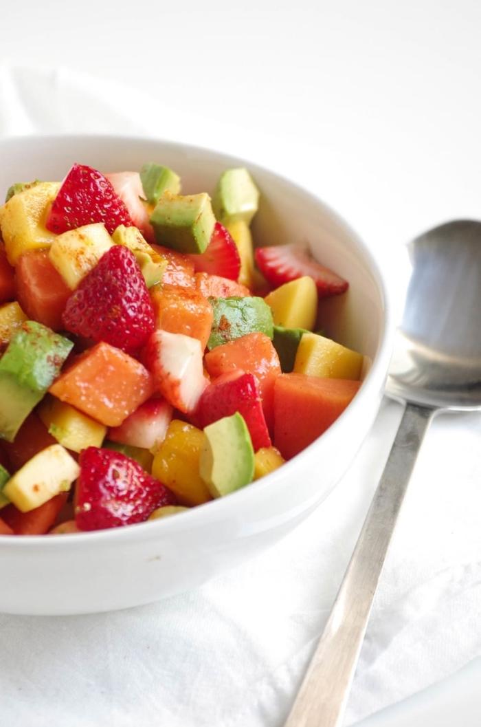 une salade été vitaminée de fraises, avocat, mangue et papaye, facile à concocter