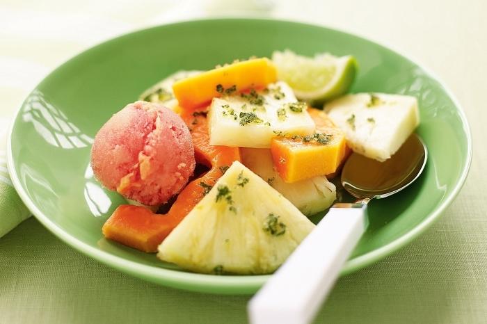 recette salade de fruits simple et rafraîchissante de papaye et d'ananas, avec jus de citron et menthe, accompagnée de boules de sorbet