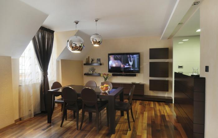 meuble wengé dans la salle à manger, lampes chromées, parquet de bois, peinture jaune et blanche