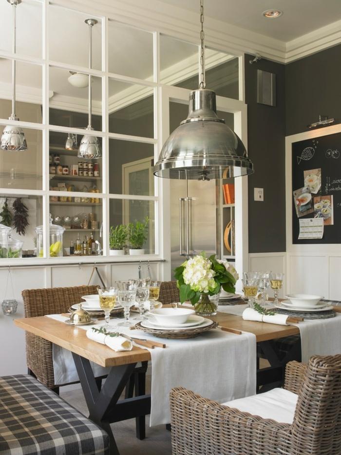 cuisine et salle à manger style country chic, table en bois et chaises rustiques, grandes lampes suspendues