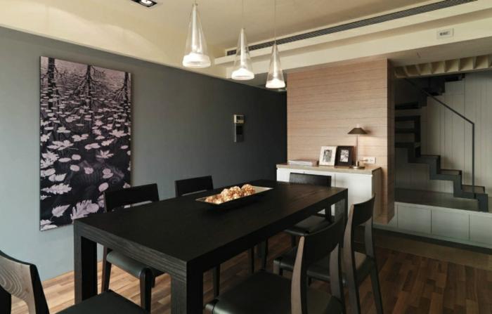 salle à manger avec peinture murale vert-gris, tableau peinture abstrait, table wengé