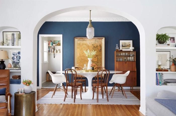 salon avec salle à manger en bleu et blanc pour une ambiance relaxante et équilibrée, fond bleu foncé qui apporte de la profondeur à l'espace