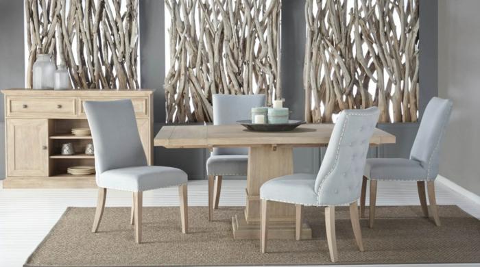moderniser meuble ancien pour une salle a manger, quatre chaises tapissées en tissu gris pastel avec des pieds en bois clair, trois grands panneaux avec des éléments bois