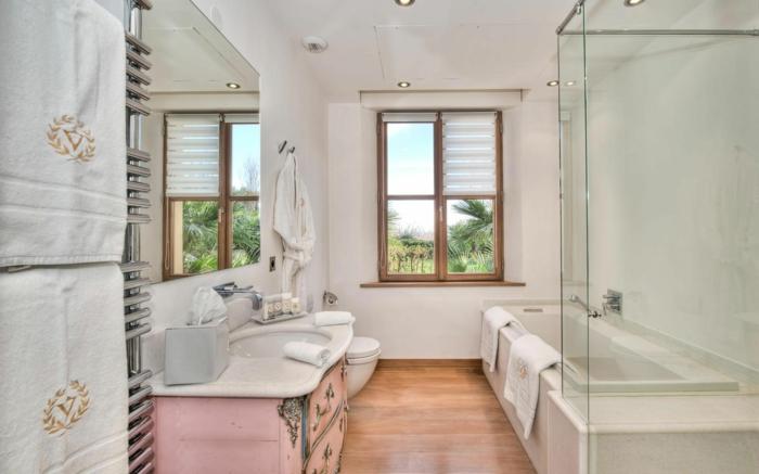 separation verriere, verriere interieure coulissante, porte verriere, meuble lavabo en bois rose en style baroque, serviettes blanches avec logo initiales personne en fil doré